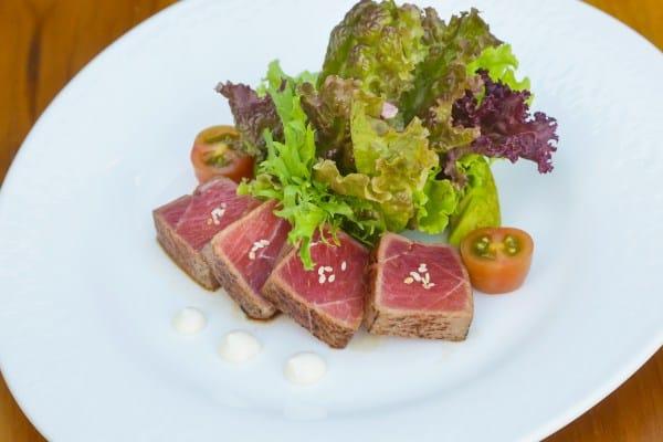 Receta de ensalada de atún sellado con vinagreta de ajonjolí
