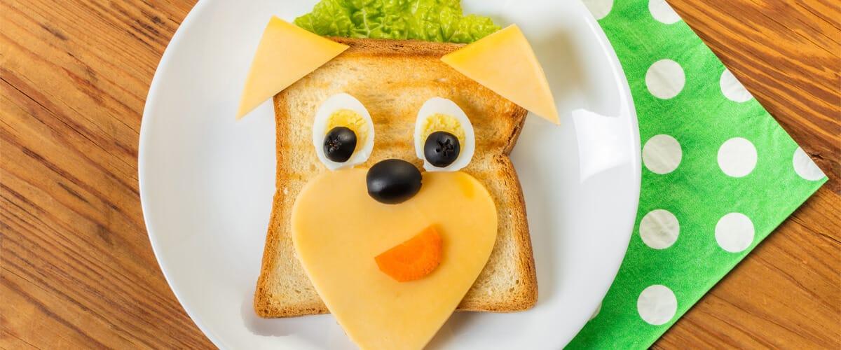 Tradicional sándwich de jamón y queso con forma de perro