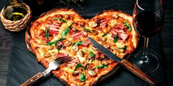 Pizza corazón con orilla rellena de queso