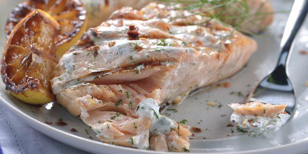 recetas de cocina Salmón a la parrilla con salsa de yogurt