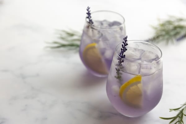 coctel-con-flores-comestibles-martini-de-lavanda