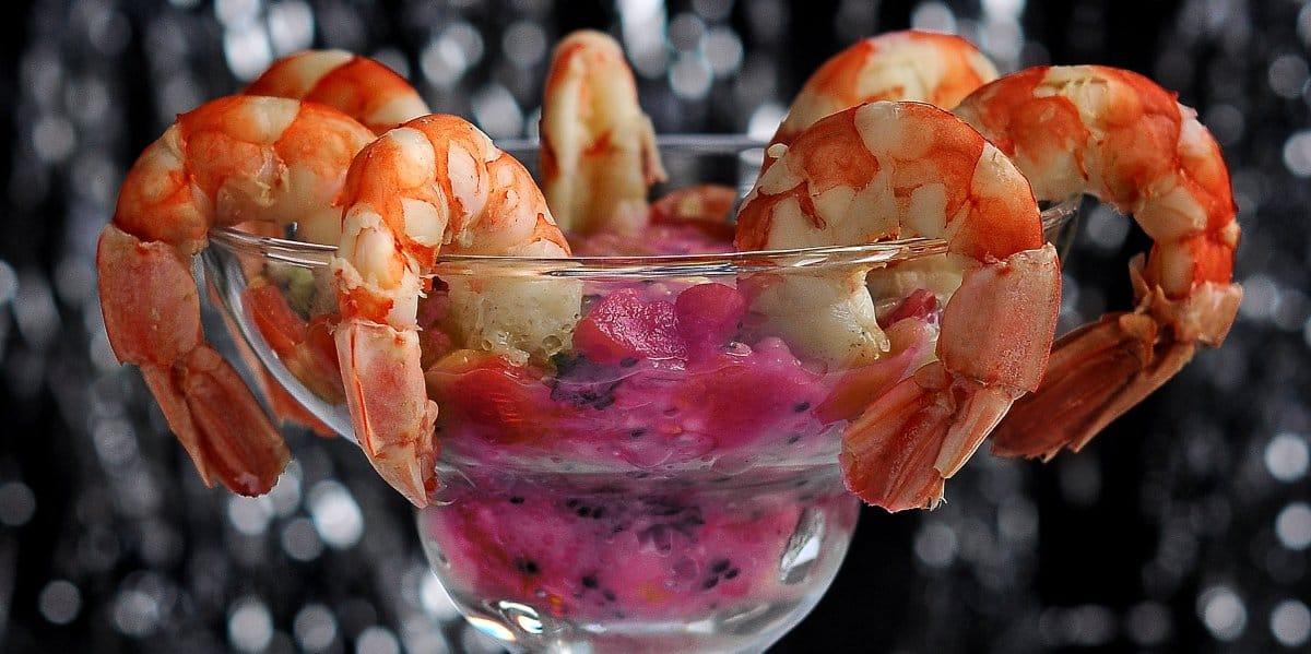 Mini-coctel-de-langostinos-con-aguacate-en-salsa-rosa